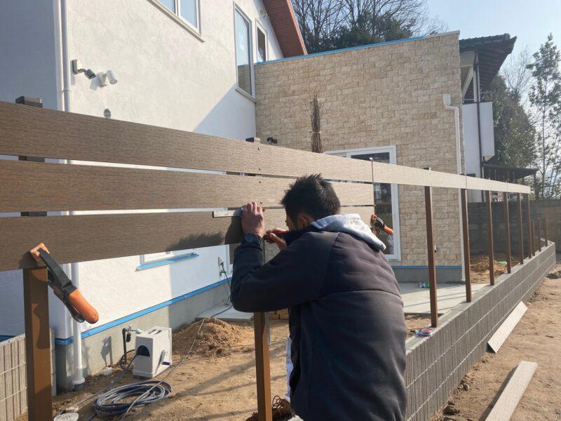 樹脂木調板フェンス
